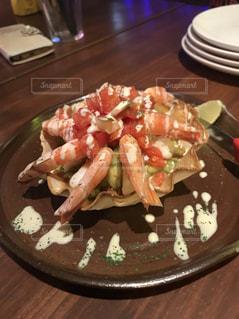 木製のテーブルの上に食べ物のプレートの写真・画像素材[1300202]