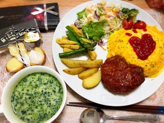 テーブルの上に食べ物のプレートの写真・画像素材[1298967]