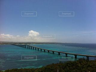 橋とエメラルドグリーンの海の写真・画像素材[1300014]