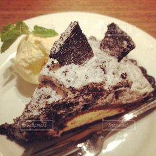 ケーキと皿の上のアイスクリームの写真・画像素材[1299059]