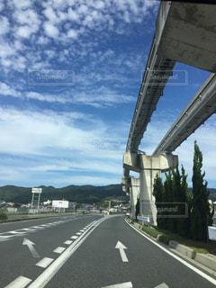 ドライブ中の空と雲の写真・画像素材[1302878]