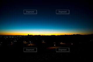 水の体に沈む夕日の写真・画像素材[1300948]