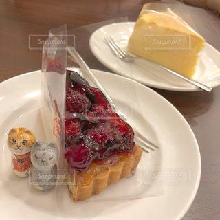 テーブルの上に食べ物のプレートの写真・画像素材[1299897]