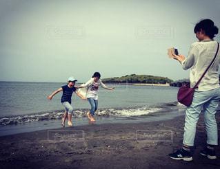 海辺で遊ぶ子どもたちの写真・画像素材[1304307]