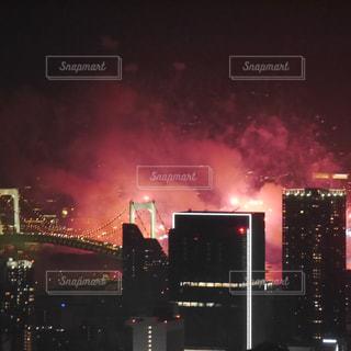赤く染まった都会の空の写真・画像素材[1380431]