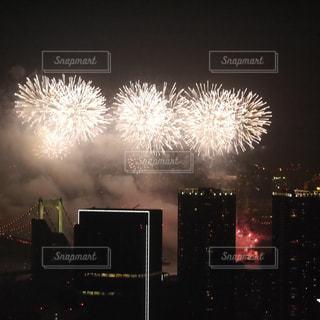 空に花火のグループの写真・画像素材[1380432]