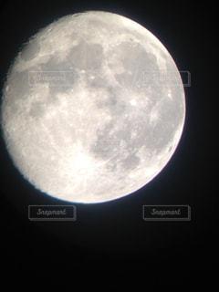 望遠鏡で見る満月の写真・画像素材[1300259]