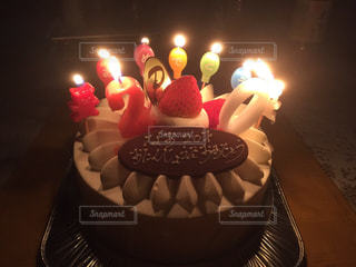 キャンドルとバースデー ケーキの写真・画像素材[1300239]