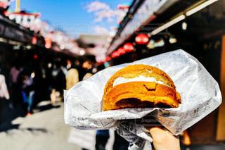 近くのサンドイッチのアップの写真・画像素材[1300312]