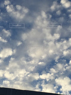 青い空に雲の写真・画像素材[1389702]