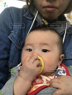 小さな子供がバナナを食べています。の写真・画像素材[1302192]