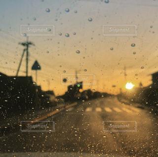 雨の中で輝く夕日の写真・画像素材[1300943]