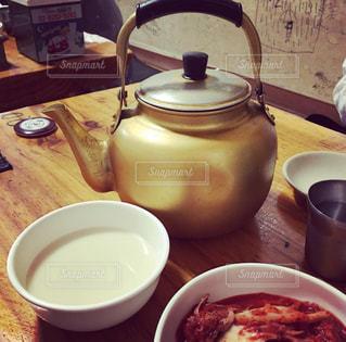 韓国食堂でマッコリの写真・画像素材[1302848]