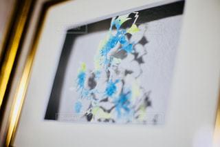 近くにケーキのアップの写真・画像素材[1301377]