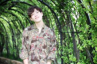 森の前に立って若い男の写真・画像素材[1458141]