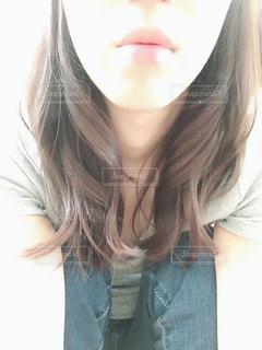 座っている女性の写真・画像素材[1301542]