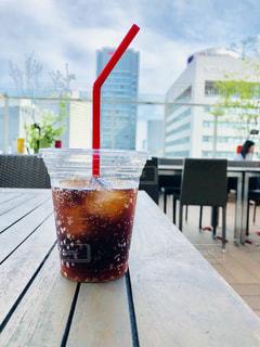 赤いストローが挿してあるコーラの写真・画像素材[1301835]