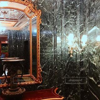 鏡と大理石のエントランスの写真・画像素材[1312072]