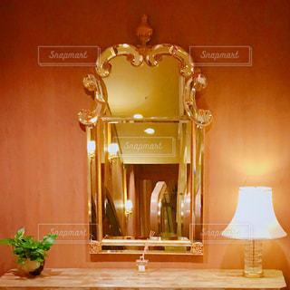 鏡の前での写真・画像素材[1313696]