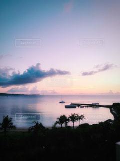 ピンク色に染まる海の写真・画像素材[1328590]
