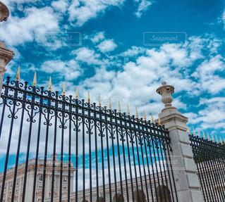 門の外からの写真・画像素材[1344033]