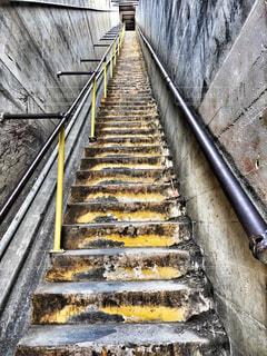 細くて長い階段の写真・画像素材[1351009]
