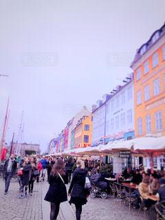 観光客で賑わう街並みの写真・画像素材[1356925]