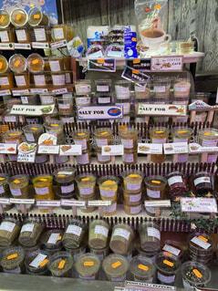 たくさんの食べ物でいっぱいの店の写真・画像素材[4202118]