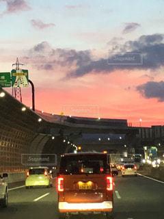 車の通りの都市の運転の写真・画像素材[1302436]
