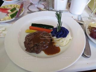 テーブルの上に食べ物のプレートの写真・画像素材[1319312]