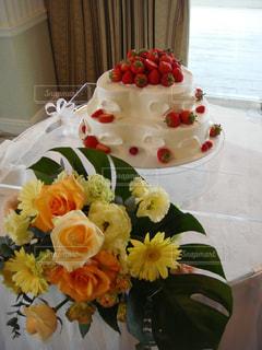テーブルの上の花の花瓶の写真・画像素材[1339106]