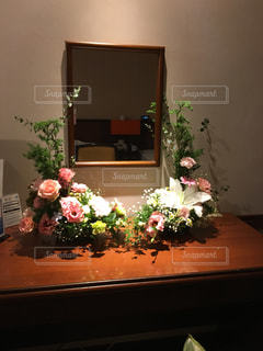 テーブルの上に座って花の花瓶の写真・画像素材[1303435]