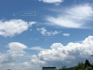 曇りの日に空の雲の写真・画像素材[1308353]