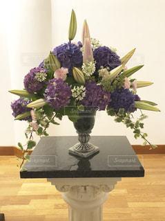 テーブルの上に花瓶の花の花束の写真・画像素材[1308799]