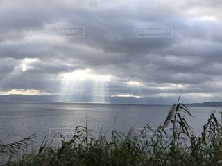 鹿児島湾に注ぐ光の写真・画像素材[2028325]