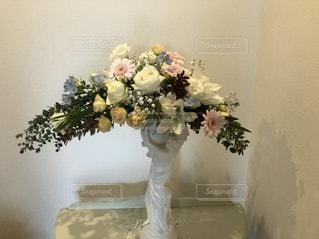 テーブルの上に花の花瓶の写真・画像素材[3355667]