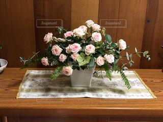 木製のテーブルの上に座っている花瓶の写真・画像素材[3371742]