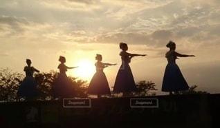 夕日を背にして踊るの写真・画像素材[3415807]