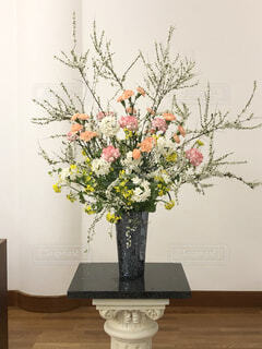 テーブルの上の花瓶に花束の写真・画像素材[4226355]