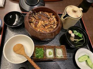 テーブルの上に座っている食べ物のボウルの写真・画像素材[4226352]