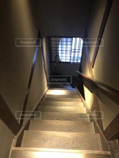 階段を降りるの写真・画像素材[1303145]