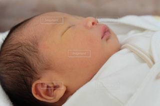 生後1日の息子の写真・画像素材[1303484]
