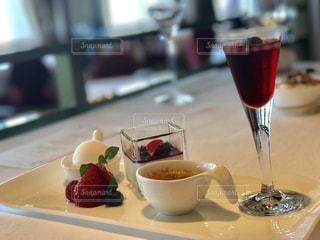 デザート テーブルの上のカップのプレートの写真・画像素材[1304324]
