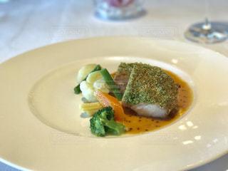 白プレート肉とブロッコリーをトッピングの写真・画像素材[1304325]