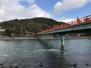 京都の川にかかる赤い橋の写真・画像素材[1304410]