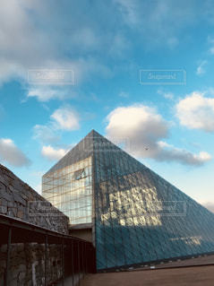 ガラスのピラミッドの写真・画像素材[1368432]