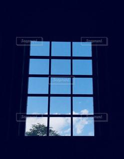 窓から見える青い空の写真・画像素材[1465152]