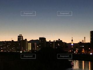 夕暮れ時の都市の景色の写真・画像素材[1591068]