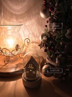 ミニュチュアハウスとクリスマスツリーの写真・画像素材[1669354]