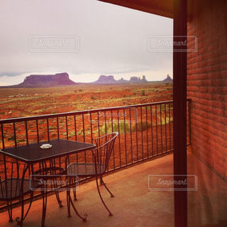 ホテルの窓から眺めるモニュメントバレーの写真・画像素材[1309867]